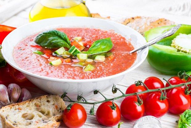 Ispaniškos gaspačo sriubos spalva varijuoja pagal sezoną, bet populiariausia - raudona